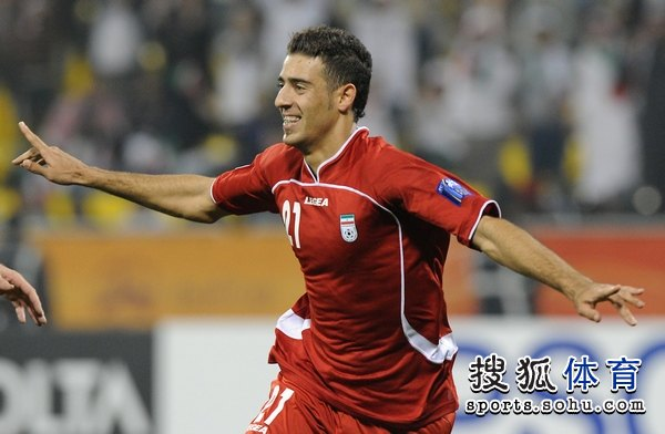 图文:伊朗队3比0阿联酋 阿法辛奔跑庆祝