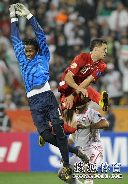 图文:伊朗队3比0阿联酋 阿法辛门前抢点
