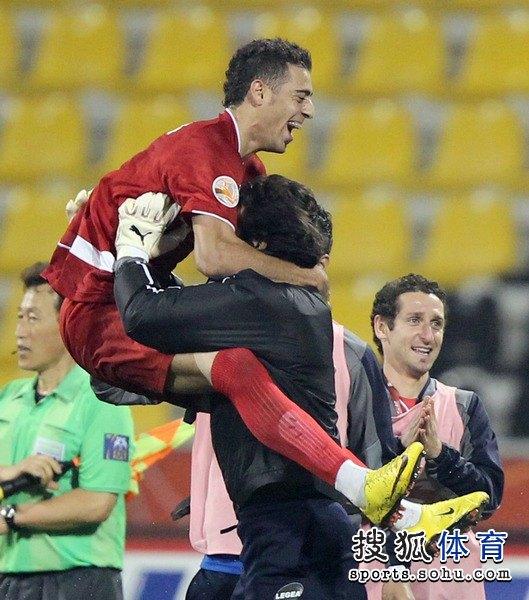 图文:伊朗队3比0阿联酋 阿法辛高高跃起