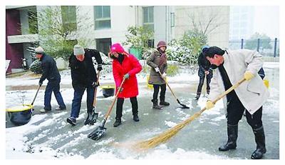 社区居民扫雪图片
