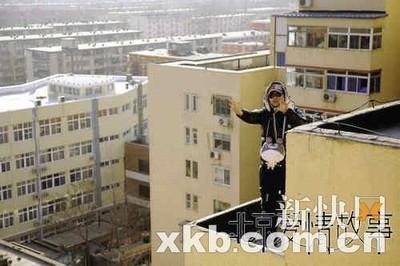 拍摄大广角,为了更好地指导又不穿帮,陈思成竟然跑到天台去,完全投入到了创作中