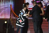 图文:邓晔为《媳妇的没好时代》颁发荣誉