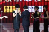 图文:王小川为《三国》《唐山大地震》颁发荣誉