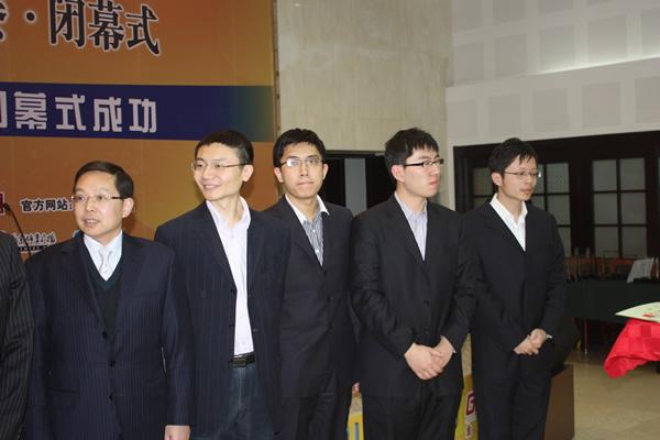 图文:金立手机杯围甲闭幕式 第五名西安队领奖