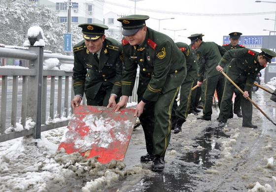 支队官兵为驻地居民 扫雪开道图片