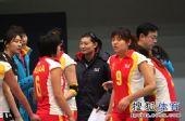 图文:北京女排3-0北航 杨昊和队员打成一片