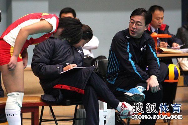 图文:北京女排3-0北航 杨昊场边指导