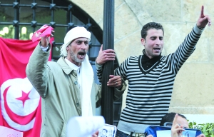 21日,突尼斯抗议者在总理府门前参加示威活动。