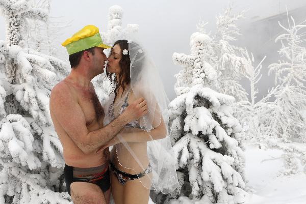 谢尔盖·卡乌诺夫亲吻他的新娘伊琳娜·库兹缅科