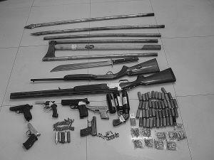 犯罪团伙所用的枪支、砍刀等