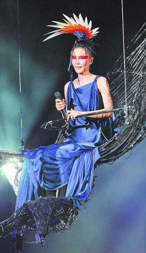 唱《天空》时王菲所乘坐羽毛马车在半空中突然停顿,受到惊吓的她强自镇定
