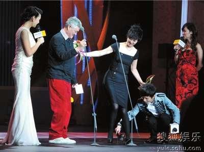 搜狐娱乐年度盛典 徐帆脱鞋领奖