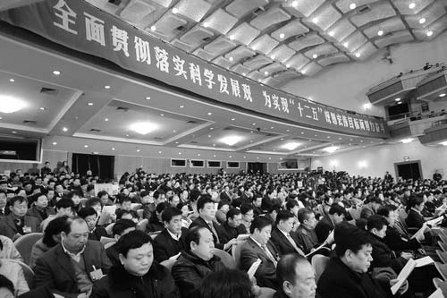 1月18日,出席省十一届人大四次会议的代表们在认真听取《政府工作报告》。 (记者姚林、徐国康摄)
