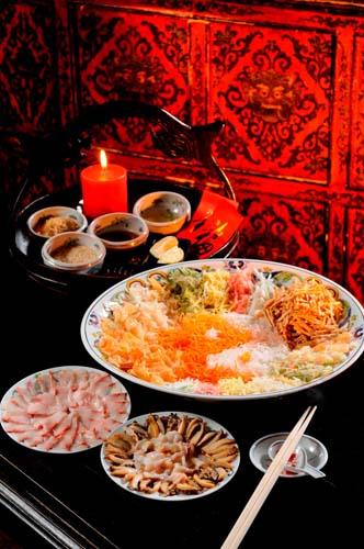 「捞起」沙律提供各种食材及酱料,上碟后自行拌匀
