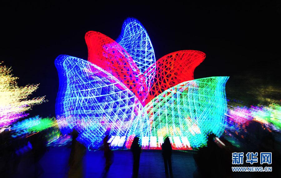 1月24日晚,在四川省自贡市彩灯公园里,由上千个LED点光源制成的灯组《花开灯城》变化着不同颜色(拼版照片)。当晚,第17届自贡国际恐龙灯会亮灯。据悉,本届灯会在继承传统制灯工艺的基础上,把新科技、新光源、新工艺作为核心要素,着力体现文化创意、低碳节能、高新科技。灯会展期预计为43天。作为自贡三绝之一的自贡灯会,已有近千年历史,是国家旅游局面向海内外推出的大型民俗节庆活动之一。新华社记者江宏景摄
