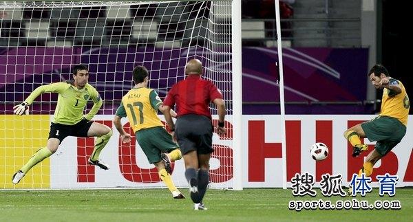 图文:澳大利亚6比0乌兹别克 乌兹别克门将被打穿
