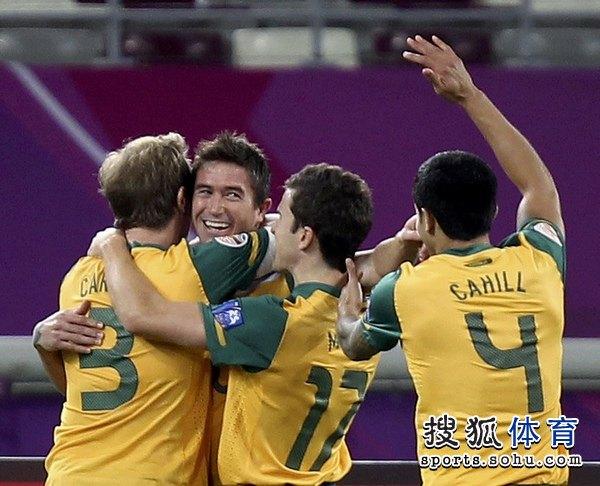 图文:澳大利亚6比0乌兹别克 卡希尔拥抱队友