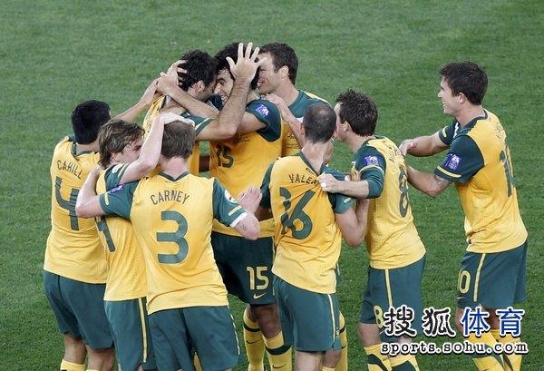 图文:澳大利亚6比0乌兹别克 澳洲军团狂入六球
