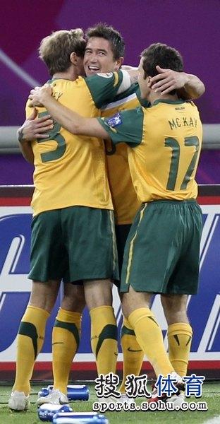 图文:澳大利亚6比0乌兹别克 澳洲球员拥抱在一起
