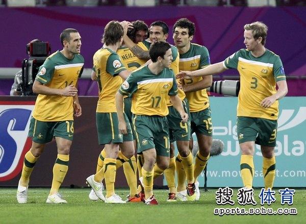 图文:澳大利亚6比0乌兹别克 澳洲袋鼠庆祝进球