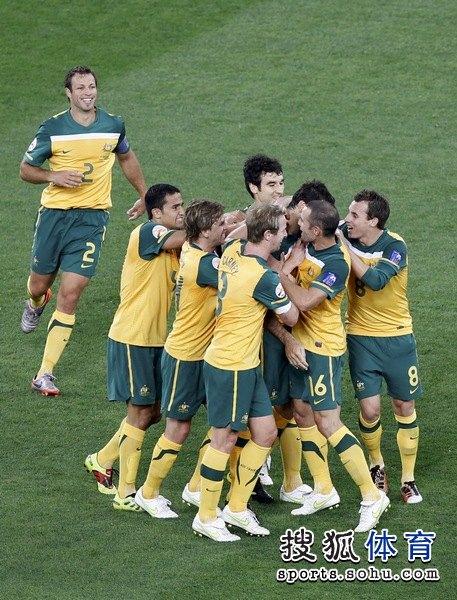 图文:澳大利亚6比0乌兹别克 相庆