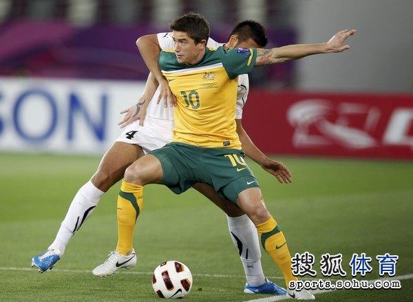 图文:澳大利亚6比0乌兹别克 科威尔背身拿球