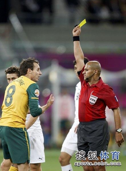 图文:澳大利亚6比0乌兹别克 裁判出示黄牌