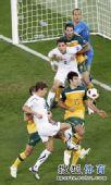 图文:澳大利亚6比0乌兹别克 门前乱作一团