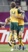 图文:澳大利亚6比0乌兹别克 队员拥抱在一起