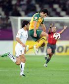 图文:澳大利亚6-0乌兹别克 哈达罗夫拼抢
