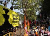 泰国总理阿披实称愿随时与黄衫军沟通(图)