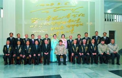 朝中社23日提供的照片显示,朝鲜领导人金正日(前排中)、金正恩(前排右二)近日视察了万寿台创作社。