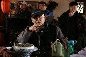 """图文:尚敬在片场经常帮演员""""演戏""""找状态"""