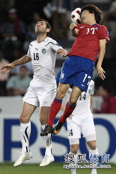图文:韩国3比2乌兹别克 李青龙面部扭曲