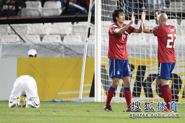 图文:韩国3比2乌兹别克 池东沅打入一球