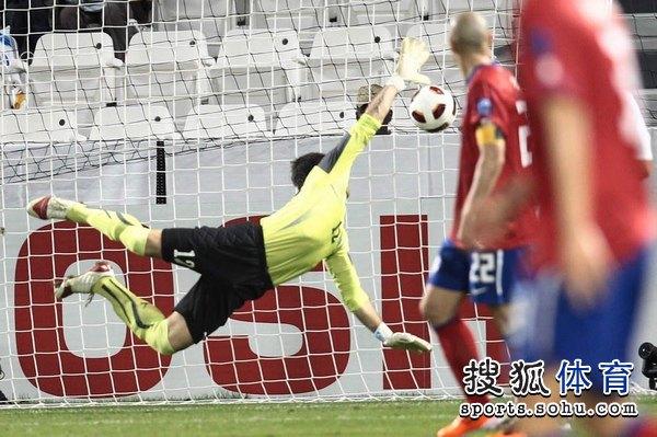 图文:韩国3比2乌兹别克 池东沅破门瞬间