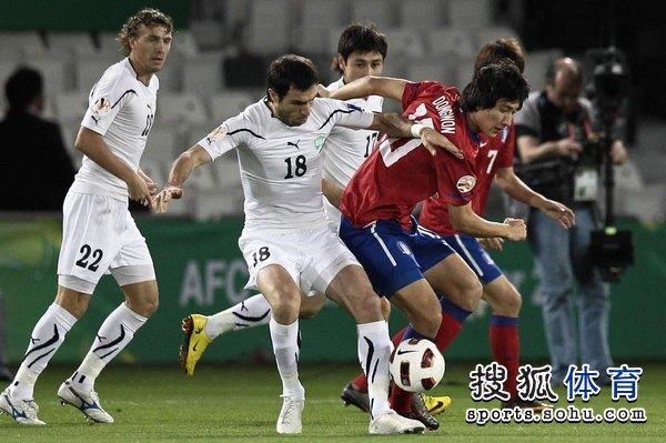 图文:韩国3比2乌兹别克 池东沅被抢断
