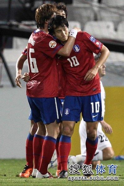 图文:韩国3比2乌兹别克 池东沅进球庆祝