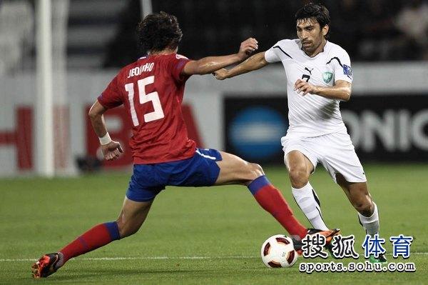 图文:韩国3比2乌兹别克 洪正浩拦截对手