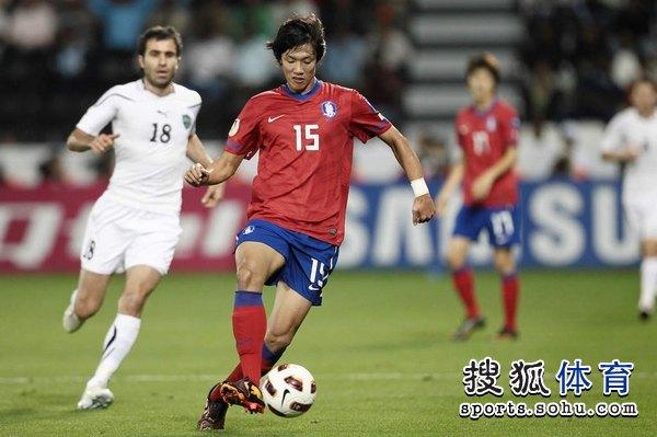 图文:韩国3比2乌兹别克 洪正浩潇洒拿球