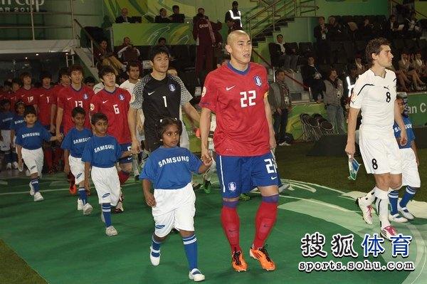 图文:韩国3比2乌兹别克 车杜里担任队长