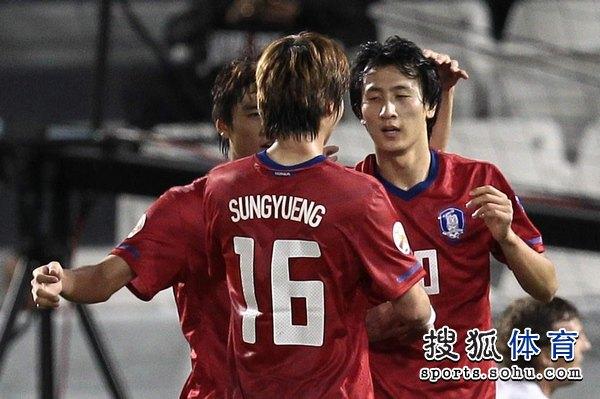 图文:韩国3比2乌兹别克 队友祝贺池东沅