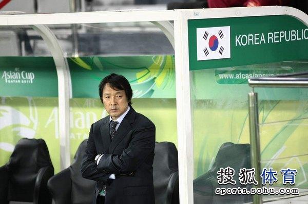 图文:韩国3比2乌兹别克 韩国主帅在场边