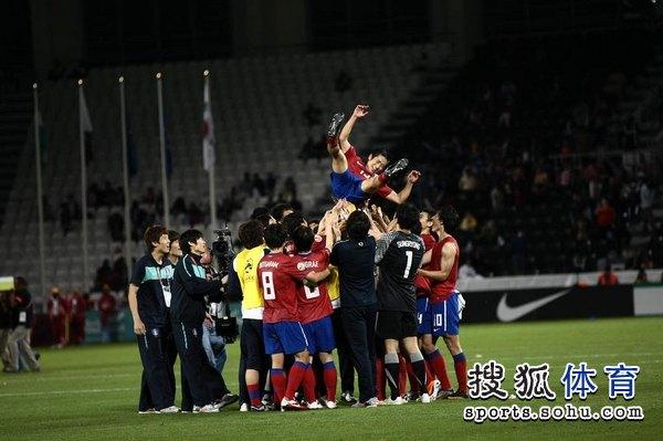 图文:韩国3比2乌兹别克 韩国人庆祝夺季军