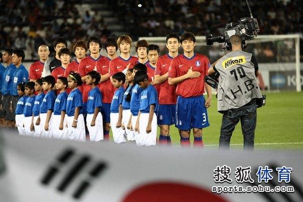 图文:韩国3比2乌兹别克 韩国队员在一起