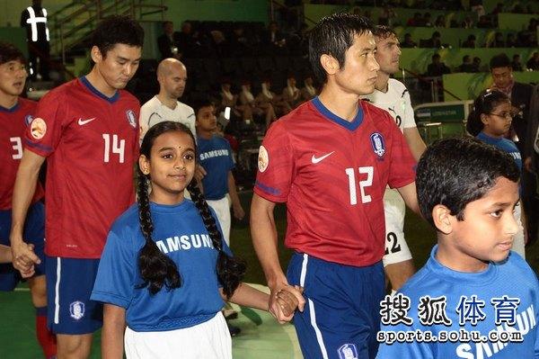 图文:韩国3比2乌兹别克 韩国队老将李荣杓