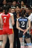 图文:天津女排1-3负山东 张洛布置战术