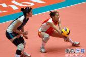 图文:天津女排1-3负山东 王茜接球瞬间