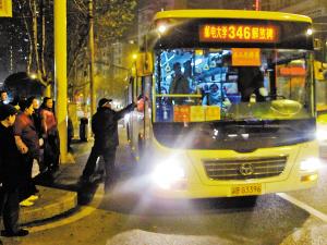 男子在南坪东路响水路口拦下公交车的情形。 市民秦先生供图