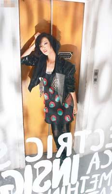 黑×红色立体波点图案连身裙$1,050、黑色窝钉仿漆皮外套$2,800